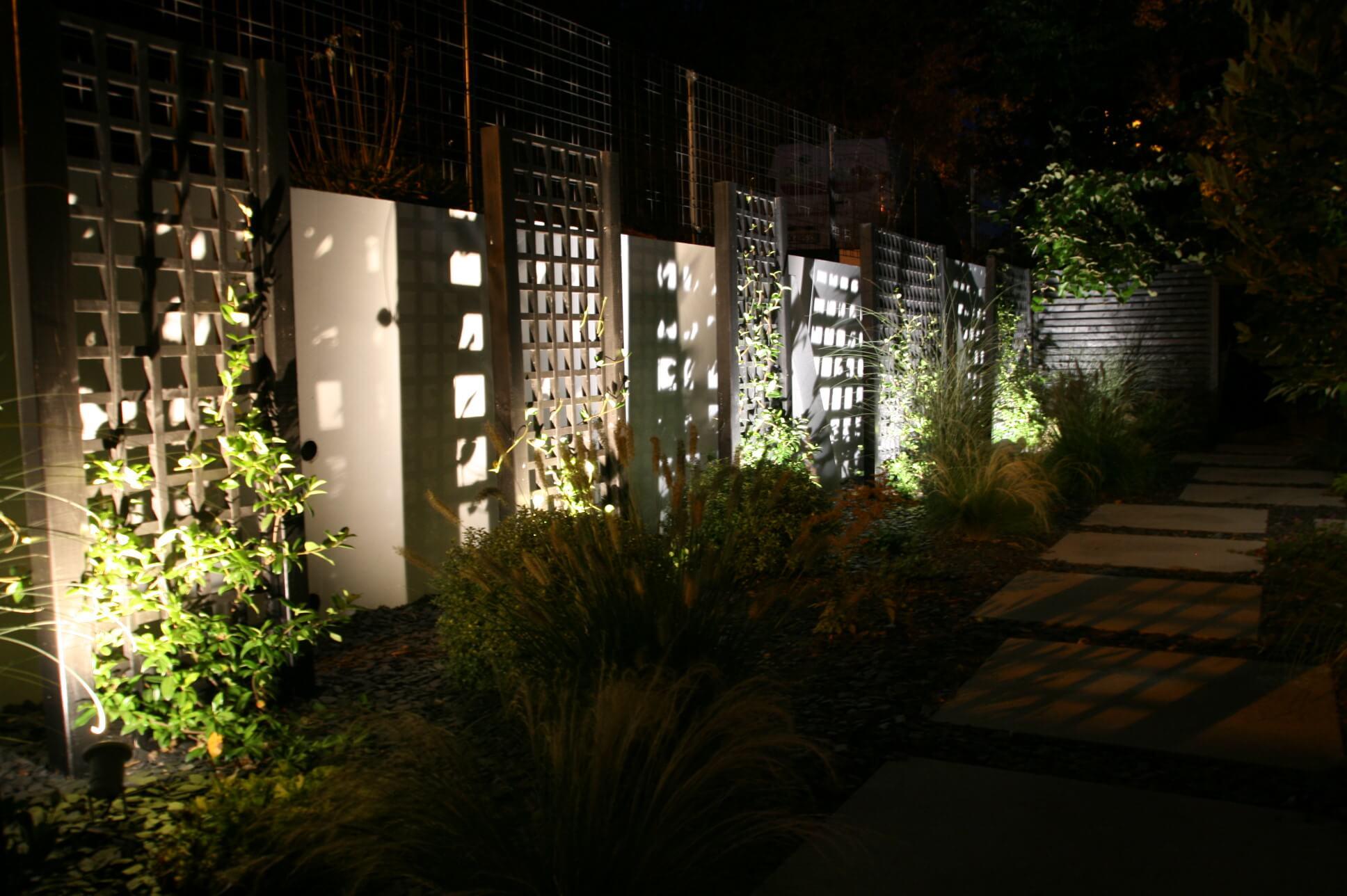 L'entrée de jardin avec quelques éclairages une fois la nuit tombée.