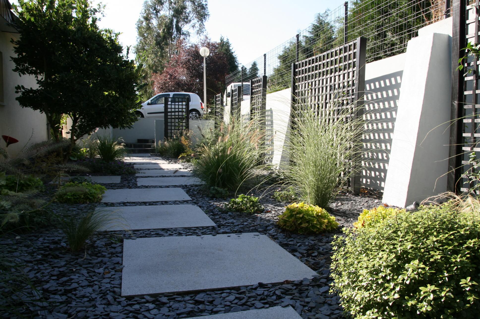 L'allée de jardin et le mur après les travaux paysagers.
