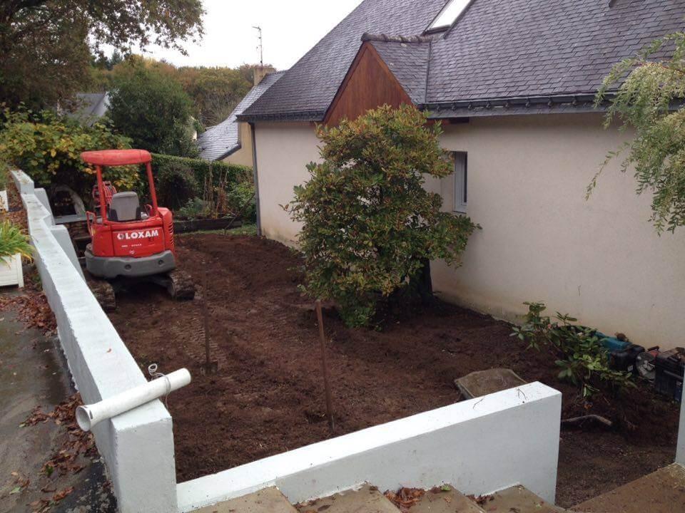 Préparation du sol avant les travaux paysagers.